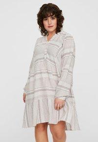 Vero Moda Curve - KLEID GESTREIFTES - Korte jurk - snow white - 0