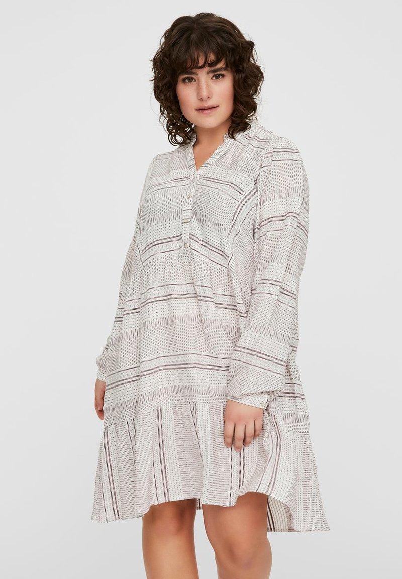 Vero Moda Curve - KLEID GESTREIFTES - Korte jurk - snow white