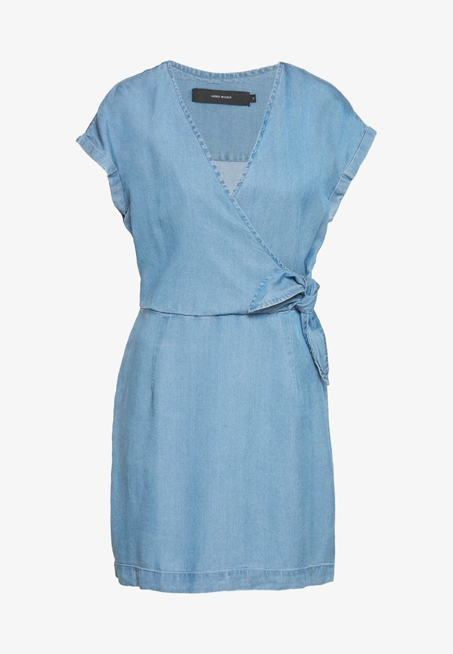 VMLISA SHORT WRAP DRESS - Jeanskleid - light blue denim