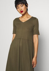 Vero Moda - VMMITSI V-NECK ANCLE DRESS - Maxi-jurk - ivy green - 4