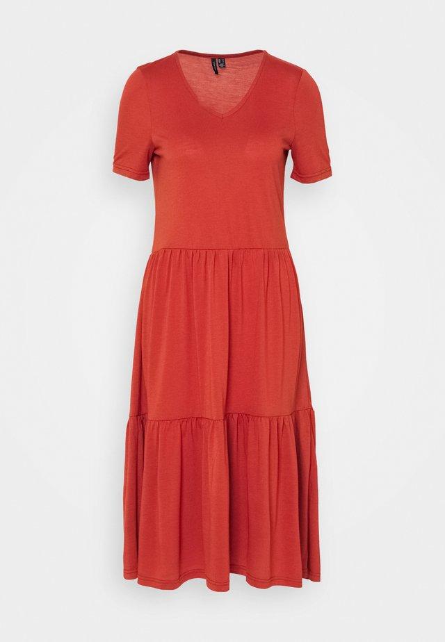 VMKALLIE DRESS - Žerzejové šaty - auburn