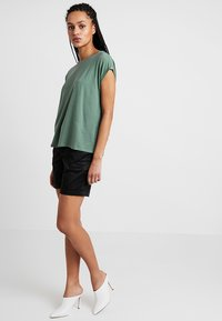 Vero Moda - VMAVA PLAIN - T-shirts - laurel wreath - 1