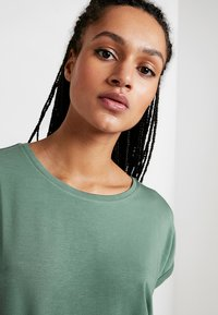 Vero Moda - VMAVA PLAIN - T-shirts - laurel wreath - 3