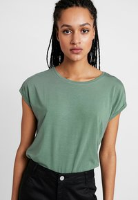 Vero Moda - VMAVA PLAIN - T-shirts - laurel wreath - 0