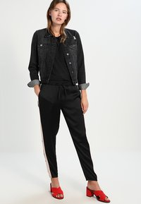 Vero Moda - VMAVA PLAIN - Basic T-shirt - black - 1