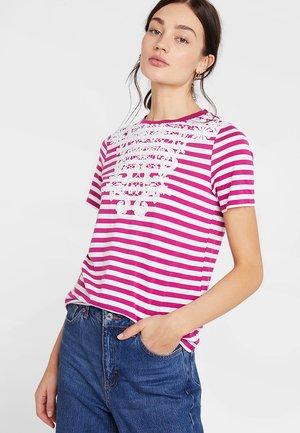 VMMONA  TOP - T-shirt imprimé - snow white/w/fushia stripes