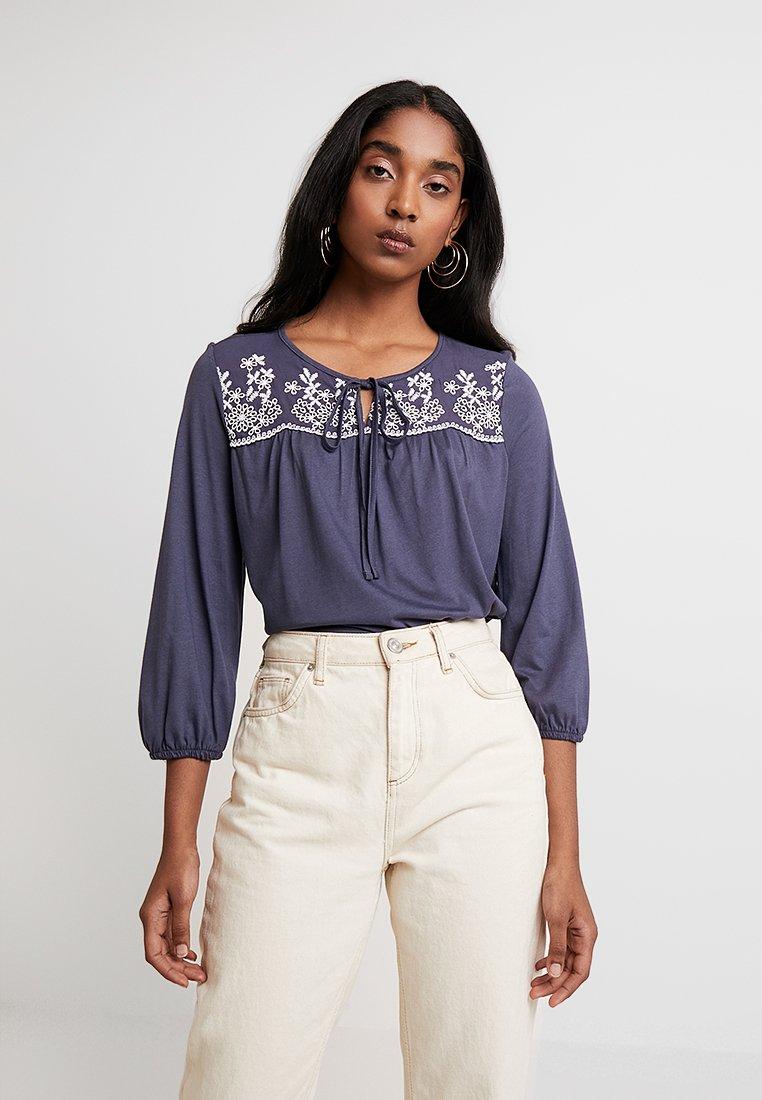 Vero Moda - VMELLI EMBRODIERY TIE BLOUSE - Langarmshirt - ombre blue/white