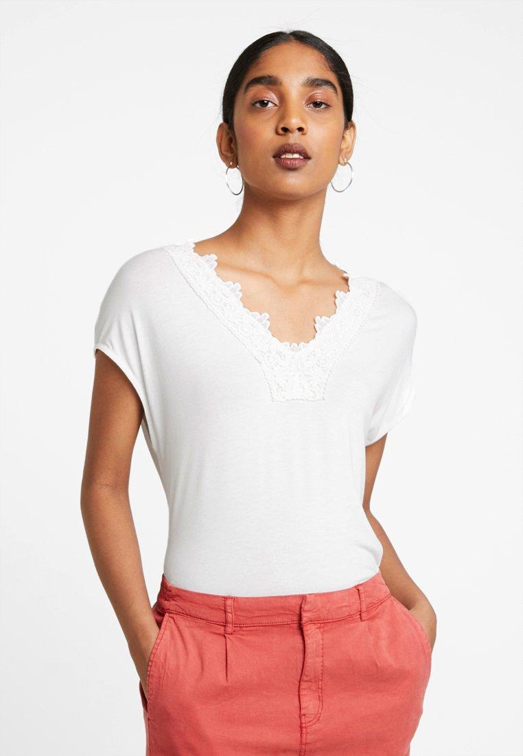 Vero Moda - VMSANNE WIDE - Print T-shirt - snow white