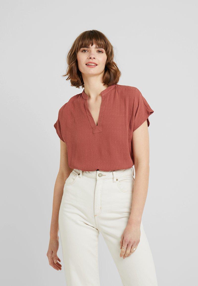 Vero Moda - VMBRISA V-NECK - Bluse - mahogany