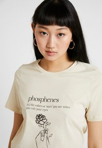 Vero Moda - VMKALOPSIA - T-shirt con stampa - oyster gray/phosphenes - 3
