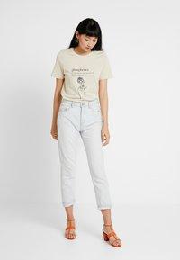 Vero Moda - VMKALOPSIA - T-shirt con stampa - oyster gray/phosphenes - 1