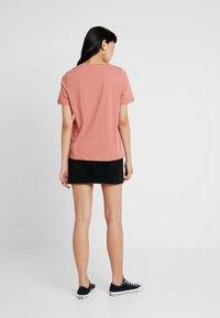 Vero Moda - VMKALOPSIA - T-shirt z nadrukiem - brick dust - 2
