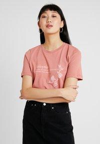 Vero Moda - VMKALOPSIA - T-shirt z nadrukiem - brick dust - 0