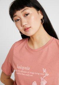 Vero Moda - VMKALOPSIA - T-shirt z nadrukiem - brick dust - 3