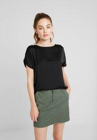 Vero Moda - VMCALIX O NECK - T-shirt imprimé - black - 0
