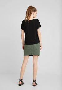 Vero Moda - VMCALIX O NECK - T-shirt imprimé - black - 2