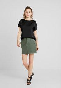 Vero Moda - VMCALIX O NECK - T-shirt imprimé - black - 1