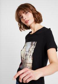 Vero Moda - VMCORLIS OLLY BOX - T-shirt med print - black - 3