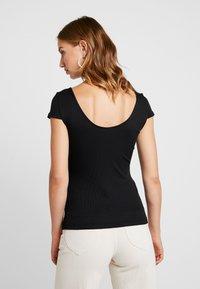 Vero Moda - VMZOIE CAP SLEEVE - T-shirts med print - black - 2