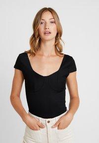 Vero Moda - VMZOIE CAP SLEEVE - T-shirts med print - black - 0