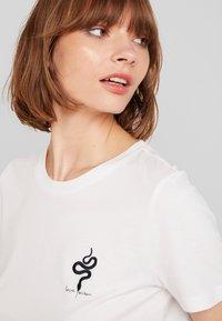 Vero Moda - VMCOMO FRANCIS - Camiseta estampada - snow white - 5