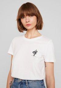 Vero Moda - VMCOMO FRANCIS - Camiseta estampada - snow white - 3