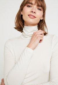 Vero Moda - VMAVA LULU ROLLNECK BLOUSE - Camiseta de manga larga - birch - 4