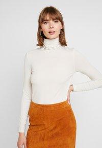 Vero Moda - VMAVA LULU ROLLNECK BLOUSE - Camiseta de manga larga - birch - 0