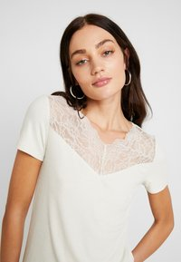 Vero Moda - VMANJA - T-shirts med print - birch - 4
