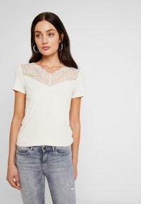 Vero Moda - VMANJA - T-shirts med print - birch - 0