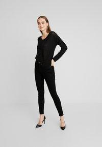 Vero Moda - VMMYHONIE PLEAT - Maglietta a manica lunga - black - 1