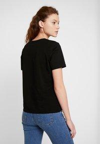 Vero Moda - VMFLANSA - T-shirts med print - black/pink bag - 2
