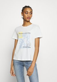 Vero Moda - VMINGEFREDOLLY BOX - T-shirt imprimé - snow white/sky is the limit - 0