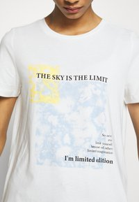 Vero Moda - VMINGEFREDOLLY BOX - T-shirt con stampa - snow white/sky is the limit