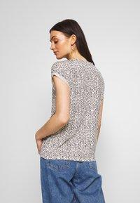 Vero Moda - VMAVA - T-shirts med print - birch/gokaldas - 2