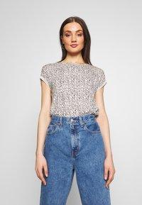 Vero Moda - VMAVA - T-shirts med print - birch/gokaldas - 0