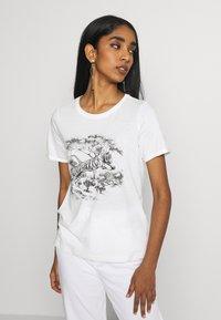Vero Moda - VMSAFARI PRINTED - T-shirts med print - snow white - 2