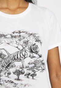 Vero Moda - VMSAFARI PRINTED - T-shirts med print - snow white - 4