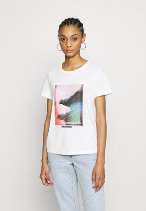 VMJANNAHFRANCIS - T-shirt imprimé - snow white