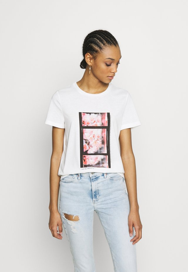 VMJANNAHFRANCIS - T-shirt med print - snow white/pink