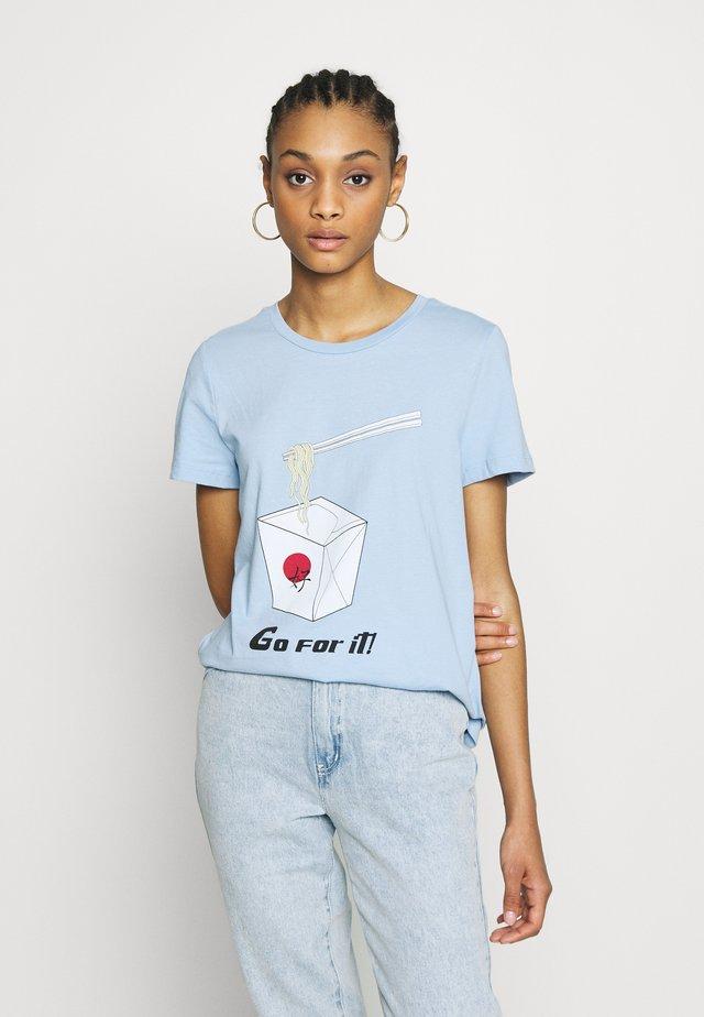 VMJUDITH FRANCIS BOX - T-shirt z nadrukiem - placid blue