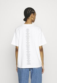 Vero Moda - VMKERRY TEE   - T-shirts med print - snow white/black - 2