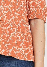 Vero Moda - KURZEN ÄRMELN BEDRUCKTES V-AUSSCHNITT - T-shirt con stampa - carnelian - 3