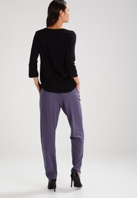 Vero Moda - VMBUCI 3/4 FOLD UP - Bluse - black - 2