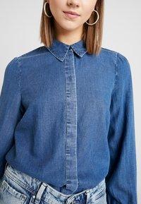 Vero Moda - VMELSA REGULAR PUFF - Camicia - medium blue denim - 5