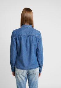 Vero Moda - VMELSA REGULAR PUFF - Camicia - medium blue denim - 2