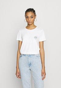 Vero Moda - VMJOANNA FRANCISSTOP BOX - T-shirt imprimé - snow white - 0