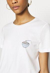 Vero Moda - VMJOANNA FRANCISSTOP BOX - T-shirt imprimé - snow white - 4