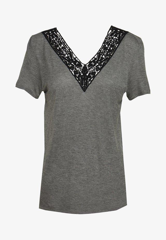 VMHELA  - T-shirt med print - medium grey melange/black