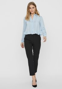 Vero Moda - HEMD GESTREIFTES - Overhemdblouse - ashley blue - 1